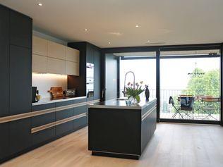 ITEL Küche matt schwarz mit Alugriffprofil